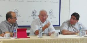 El P. Ángel Andrés González, izq. Mons. Emilio Aranguren, El P. Pablo Emilio Presilla