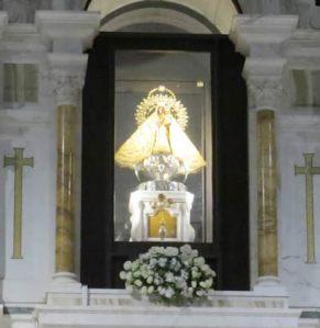 La Imgen de la Virgen de la Caridad en el Santuario de El Cobre